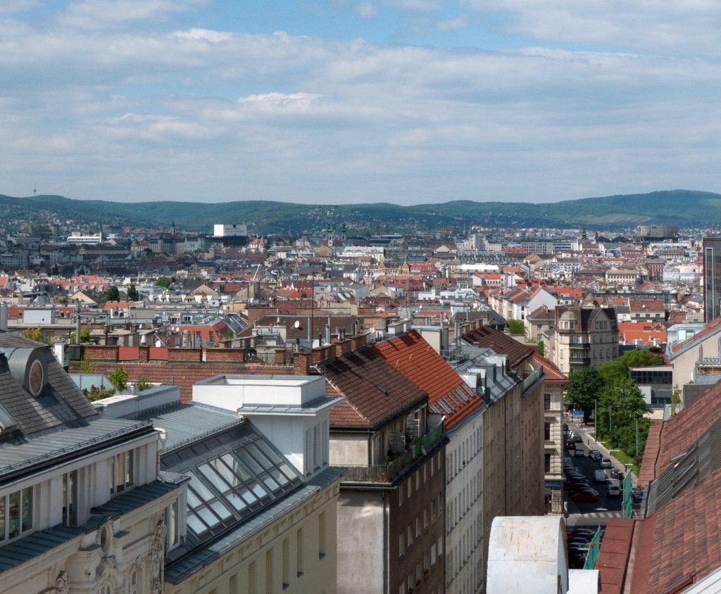 Blick über die Dächer einer großen Stadt