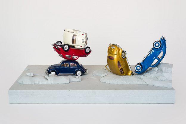 5 Spielzeugautos (Käfer) in weiß, rot, blau, gold und schwarz